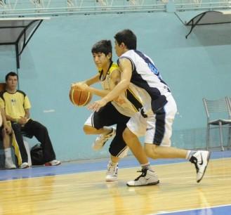 Iván Gramaj, de Talleres, inicia una penetración hacia el aro de Belgrano.