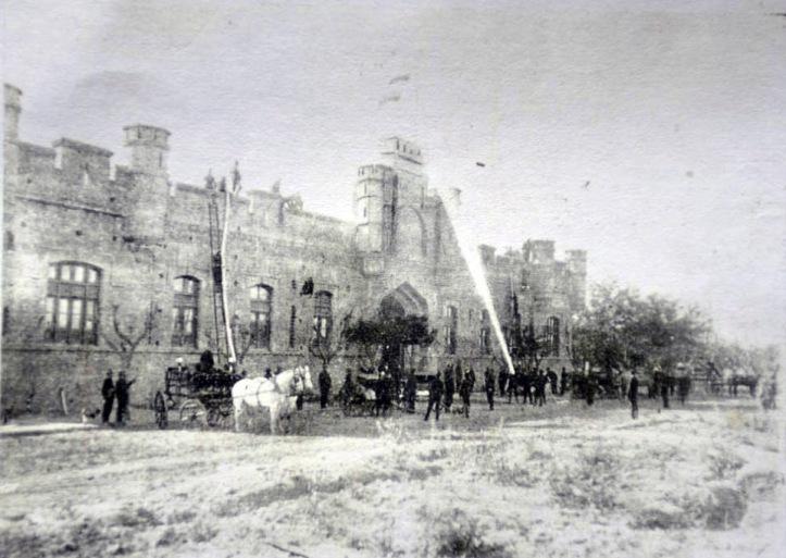"""El cuartel de bomberos de San Miguel de Tucumán , en Muñecas y España en una foto de 1914 (Foto de la Sección """"Apenas Ayer"""" del diario La Gaceta)"""