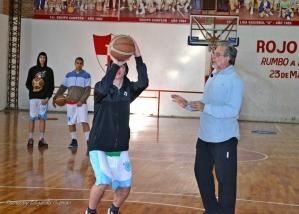 CLASE PRÁCTICA. Mouche mostró distintos ejercicios con jugadores juveniles.
