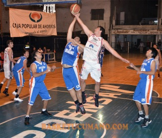 DUELO DE HERMANOS. Luis (izq.) y Fernando Ortiz luchan por el control del balón.