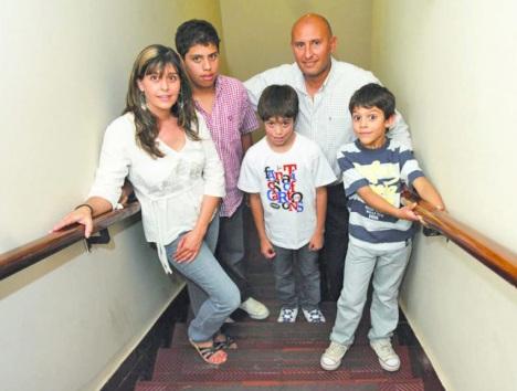 EN FAMILIA. Rodríguez junto a su esposa Mabel y sus hijos Santiago, Juan Cruz y Tomás