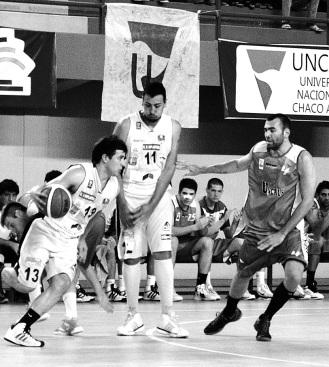 EN OFENSIVA. Moreno cortina y Rodríguez maniobra con el balón. Defiende Fucek.