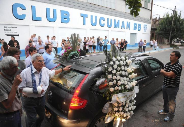 """EL MOMENTO MÁS EMOTIVO. El cortejo fúnebre de """"Tompy"""" Díaz pasó por el estadio de Tucumán BB."""
