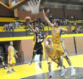TRASLADO CONFIABLE. Gastón García manejó con acierto al equipo.