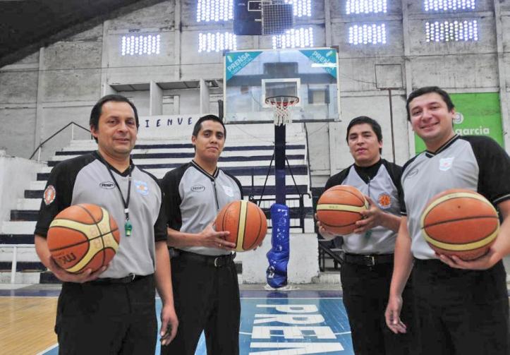 PASIÓN POR EL SILBATO. Antonio Briseño, Pablo Florez, Antonio Briseño (h) y Sebastián Gauna son los representantes de nuestra provincia en el tercer escalón de la estructura de torneos del básquet liguero.