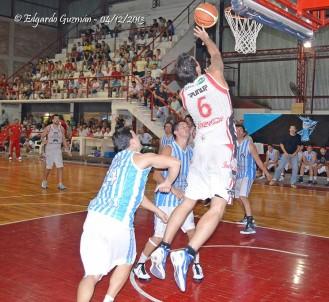 Facundo Arias Binda metió 40 puntos (17 seguidos en el tercer parcial) para el ganador