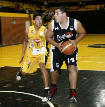 PURO OFICIO. Mario Yane impuso presencia y es pieza vital en Estudiantes.