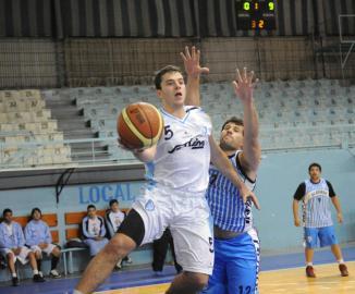 PELEA. Santiago Abdala, de Tucumán BB, marcado por Miguel Díaz.