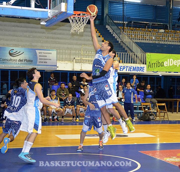 BANDEJA. Sebastián Paz Duarte deposita una pelota en el aro formoseño.