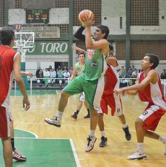 ALA PIVOT. Jonhatan Núñez, de Mitre, quedó entre los 12 del equipo provincial.