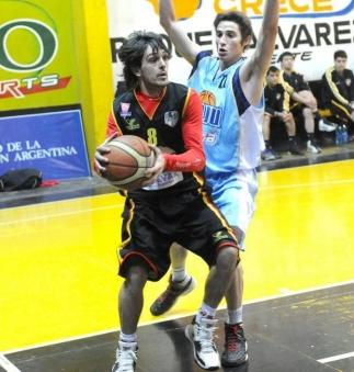 CONDUCCIÓN Y GOL. Gastón García manejó el ritmo del partido.