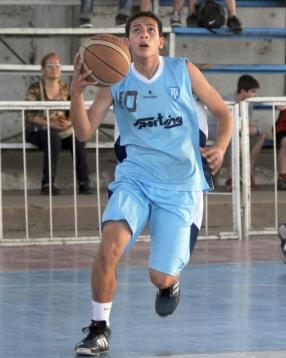 ESCOLTA. Juan Torres añadió 10 puntos el triunfo de Tucumán BB.