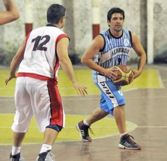CUESTIÓN DE BASES. Federico Molina (JBA), marcado por Carlos Nuova.