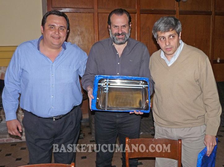 El Intendente de Aguilares, AgusTIM Fernandez (derecha) entregó una placa recordatoria