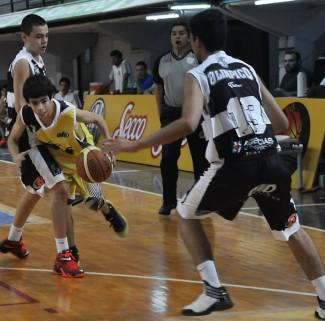 FACUNDO ORRESTA, de Talleres, intenta penetrar en la zona rival.