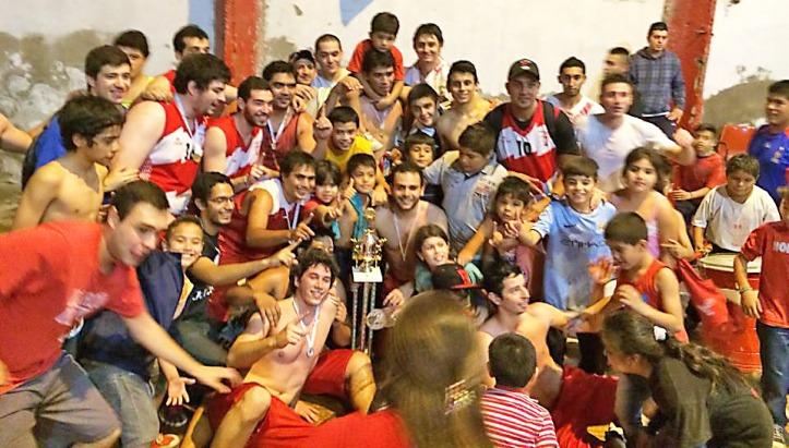 """IMBATIBLE EN SU CANCHA. El """"globito"""" le ganó en el desempate la serie final a Tucumán BB. Foto tomada del Facebook de Huracán Basquet Tucumán"""
