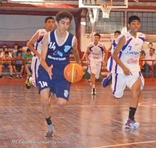 Tomás Aguirre (Estudiantes) con 14 puntos lideró el ataque tucumano.