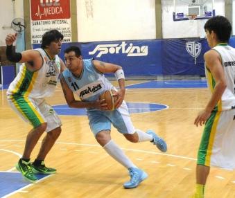 SUPO SOBREPONERSE. Moreno aportó ocho puntos para Tucumán BB. Foto de Héctor Peralta