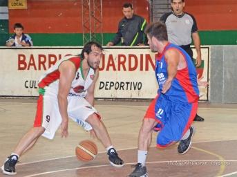"""GOLEADOR Y FIGURA. Carlos Barros se lució en el triunfo de """"barrio"""", aportó 28 puntos y siete rebotes."""