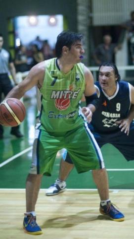 "INVICTO A SALVO. Mitre ganó sus cuatro partidos. Jorge ""Tato"" Silva aportó a otra victoria del ""verde""."