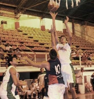 """PRESENCIA. El juvenil Nataniel Rodríguez dominó en la pintura y anotó 36 puntos para el """"Trueno verde"""". (Foto archivo La Gaceta)"""