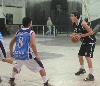"""SUPERIORIDAD """"CEBRA"""". Ignacio Echevarría, con la pelota, ante la defensa de Gerónimo Genero. FOTO LA GACETA/ANTONIO FERRONI"""