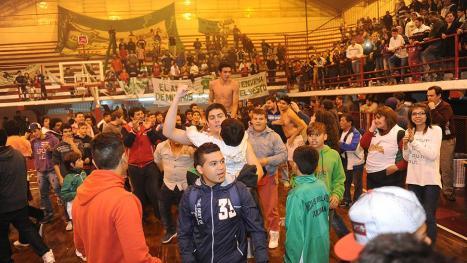 """EL PRIMER TÍTULO FUE PARA EL """"TRUENO VERDE"""". Nicolás Avellaneda festejó el título del Apertura el 28 de julio en Caja Popular."""