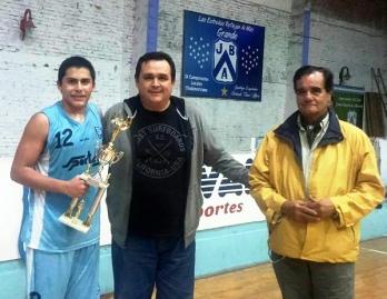 EL TROFEO AL CAMPEÓN. El capitán de Tucumán BB recibió la copa de manod e los dirigentes federacionistas Rubén urueña (h) y Manujel Godoy. FOTO TOMADA DE PRENSA FBPT