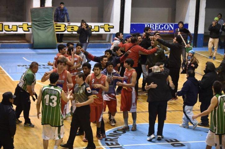 El festejo de Avellaneda y la desazón de los muchachos de El Tribuno. Foto de Néstor Troncoso (Diario El Tribuno)